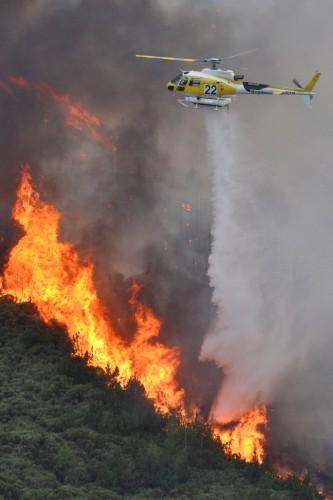 Hélicoptère HBE en train d'éteindre un feu de forêt